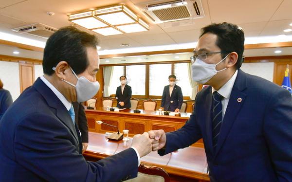정세균 국무총리가 24일 서울 종로구 정부서울청사에서 최대집 대한의사협회 회장과 면담에 앞서 주먹인사를 하고 있다.