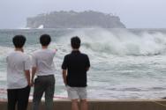 제8호 태풍 '바비(BAVI)'가 우리나라를 향해 북상 중인 25일 오후 제주 서귀포시 문섬 앞바다에 거친 파도가 일고 있다. 기상청은 25일 밤부터 태풍 바비 영향으로 최대순간풍속이 초속 40~60m에 이르는 강풍이 불고, 서해안을 따라 통과하는 태풍의 영향으로 많은 피해가 있을 것으로 예상했다. ⓒ 뉴시스