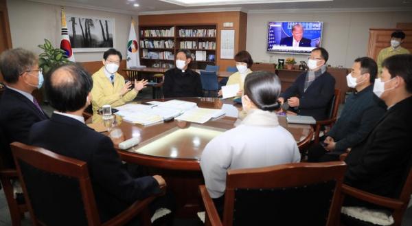 경상남도 김경수 도시사가 코로나19 방역 관련 종교계와 대화를 나누고 있는 모습.