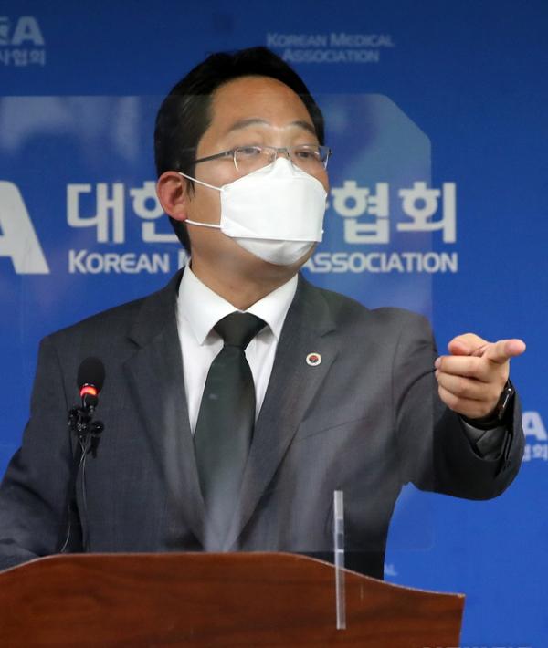 최대집 대한의사협회장이 28일 오후 서울 용산구 대한의사협회에서 기자회견을 열고 범의료계 4대악 저지투쟁 특별위원회 논의 결과 발표 기자회견을 하고 있다. 대한의사협회는 이날 정부가 전공의와 대한의사협회를 각각 고발한 것을 공권력의 폭거로 규정하고, 태도 변화가 없으면 오는 9월 7일부터 무기한 총파업에 들어가기로 했다.