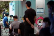 1일 서울 광진구 자양동 소재 혜민병원에서 직원 등 관련자 10명이 신종 코로나바이러스 감염증(코로나19) 확진 판정을 받았다. 2일 서울 광진구 보건소에 마련된 코로나19 선별진료소에서 검사가 진행되고 있다.