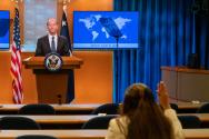 데이비드 스틸웰 미국 국무부 동아시아태평양 담당 차관보가 2일 워싱턴 국무부 청사에서 기자회견을 하는 모습.