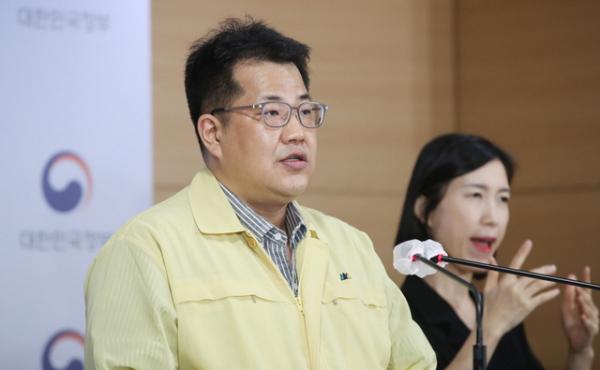 손영래 중앙사고수습본부 전략기획반장이 6일 오후 서울 종로구 정부서울청사에서 코로나19 대응 온라인 정례브리핑을 하고 있다.