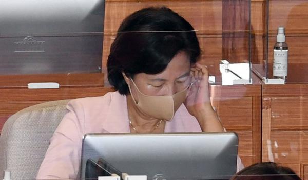 추미애 법무부 장관이 7일 서울 여의도 국회 본회의장에서 열린 교섭단체 대표연설에 참석해 있다.