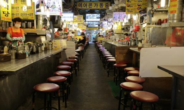 정부의 사회적 거리두기 2.5단계 시행 사흘째인 1일 점심시간을 앞둔 서울 중구 남대문시장 칼국수 골목은 손님 발길이 끊겨 썰렁하다. 칼국수 골목에서 17년동안 영업하고 있는 A사장님은