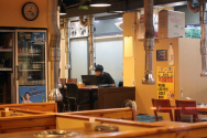 신종 코로나바이러스 감염증(코로나19) 확산 방지를 위해 수도권 지역의 사회적 거리두기 2.5단계가 시행된 이후 서울 송파구의 한 음식점의 모습. 홀이 텅 비어있다. ⓒ 뉴시스