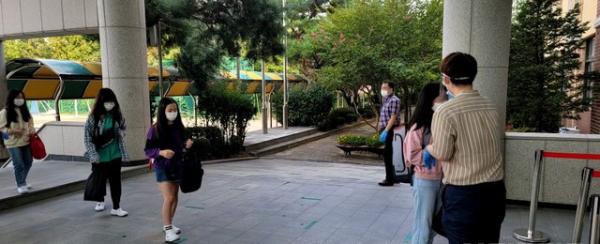 21일 경기 수원 원일초 학생들이 거리를 두고 학교에 등교하고 있다. ⓒ뉴시스