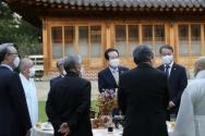 정세균 국무총리가 24일 오후 서울 종로구 국무총리 공관에서 '코로나19 극복을 위한 종교계와의 대화'란 주제로 열린 제19차 목요대화 앞서 환담을 나누고 있다.