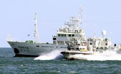 피격 실종 해양수산부 어업지도 공무원 관련 수사를 이어가고 있는 해양경찰이 25일 인천 옹진군 연평도 해상에 정박한 어업지도선 무궁화 10호의 해상조사를 마친 뒤 이동하고 있다.