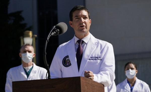 3일(현지시간) 메릴랜드주 베세즈다에 있는 월터 리드 군병원에서 숀 콘리 대통령 주치의는 기자회견을 하고 있다. 그는