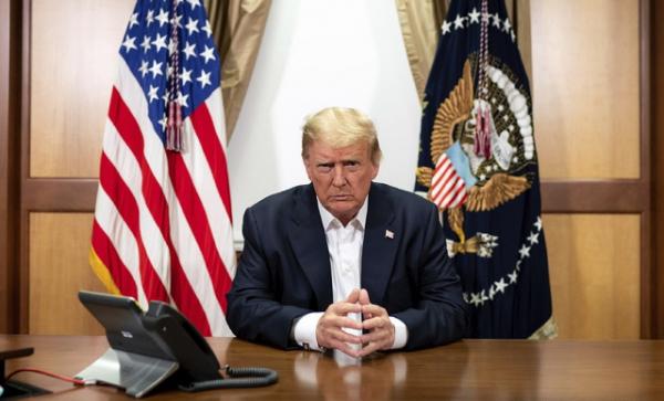 백악관이 제공한 사진에 도널드 트럼프 미국 대통령이 4일(현지시간) 미 메릴랜드주 베데스다의 월터 리드 국립 군 병원에 마련된 전용 집무실에서 전화 회의를 하고 있다.