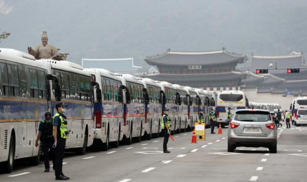 광화문에 설치된 경찰버스 차벽.