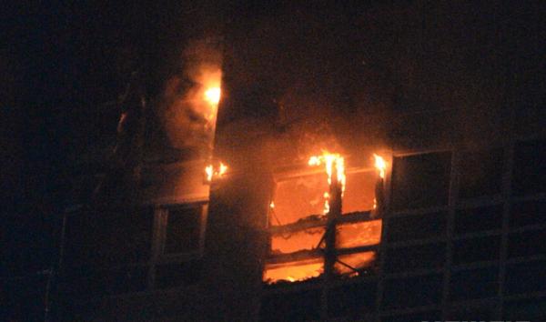 지난 8일 오후 11시 7분께 울산시 남구 신정동의 한 33층짜리 주상복합 아파트에서 큰 불이 발생, 불꽃이 칫솟고 있다.