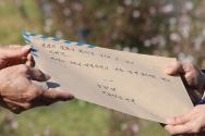 북한 피격으로 사망한 공무원 A씨 형 이래진 씨가 8일 서울 청와대 분수대 앞에서 고영호 청와대 시민사회수석 비서관실 행정관과 만나 A씨의 아들이 작성한 원본 편지를 전달하고 있다.