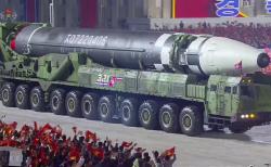 북한 조선중앙TV가 10일 오후 방송한 노동당 창건 75주년 경축 열병식에서 신형 대륙간탄도미사일(ICBM)이 공개되고 있다. 조선중앙TV캡춰.