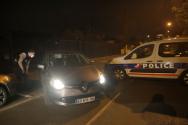 프랑스 경찰이 16일(현지시간) 파리 북부 교외 콘플랑스-상-오노랭에서 이슬람 예지자 무함마드의 커리커처에 대해 토론 수업을 벌인 역사 교사 참수 살해 현장을 차단한 채 경계를 서고 있다. 에마뉘엘 마크롱 프랑스 대통령은 이슬람 극단주의자들의 테러 공격이라고 비난했다.