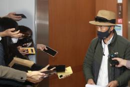 北 피격 공무원 친형인 이래진씨가 21일 서울 오전 종로구 외교부 청사에서 비공개로 가진 강경화 장관과의 면담을 마친후 나서며 기자들의 질문에 답하고 있다. ⓒ 뉴시스