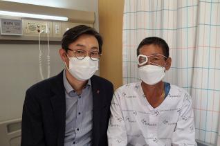 왼쪽은 (사)생명을나누는사람들 상임이사 조정진 목사, 오른쪽은 (사)생명을나누는사람들로부터 각막이식을 받고 시력이 회복된 최 모환자.