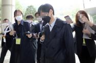 서울시 전 비서실 직원 A 씨가 22일 서초구 서울중앙지법에서 열린 '서울시장 비서 성폭력' 혐의 관련 1차 공판을 마친 뒤 법원을 빠져 나가고 있다.