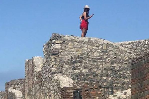 폼페이 유적 위에 올라간 관광객. 페이스북 캡처