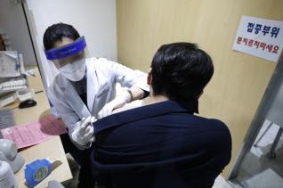 인천, 고창, 대전, 제주, 대구에서 인플루엔자(계절 독감) 백신 예방 접종 이후 사망자가 5명이 발생해 정부가 예의주시하고 있는 지난 21일 한국건강관리협회 서울서부지부를 찾은 시민이 예방접종을 하고 있다.