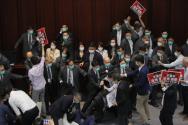 지난 5월8일 중국 국가(國歌)를 모욕하는 것을 불법으로 규정하는 법안을 논의하던 홍콩 입법회 내무위원회 회의 도중 친민주파 의원들과 친중파 의원 및 경비직원들 사이에 몸싸움이 벌어지고 있다. 홍콩 경찰이 1일 지난 5월 입법회에서 친민주파와 친중파 의원들 간 대립 중 경비원들과 난투극을 벌인 혐의로 친민주파 정치인 7명을 체포했다.