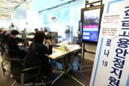 지난달 서울 중구 삼일대로 서울고용복지플러스센터에 시민들이 긴급고용안정지원금 접수를 하고 있다. ⓒ 뉴시스