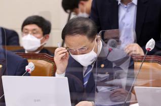홍남기 부총리 겸 기획재정부 장관이 3일 오후 국회에서 열린 기획재정위원회 전체 회의에서 안경을 고쳐쓰고 있다.