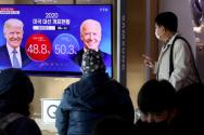 미국 대선 투·개표가 진행 중인 4일 오전 서울 용산구 서울역에서 시민들이 미국 대선 뉴스를 시청하고 있다.