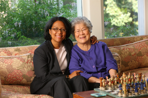 주한미군 출신 아버지와 한국인 어머니 사이에서 태어난 타코마시장 출신 여성 정치인 메릴린 스트릭랜드 민주당 워싱턴주 10선거구 하원의원 후보. 사진은 스트릭랜드 후보가 홈페이지에 게재한 사진. 오른쪽 여성은 모친으로 보인다.
