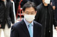 '드루킹 댓글조작'에 공모한 혐의를 받는 김경수 경남도지사가 항소심 선고 공판에 출석하기 위해 6일 서울 서초구 서울고등법원으로 향하고 있다.