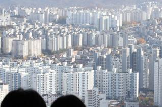 새 임대차법 시행 이후 최근 3개월 동안 서울의 아파트 평균 전셋값이 3750만원 넘게 오른 것으로 조사됐다. 2일 KB국민은행 부동산 리브온의 월간 KB주택가격동향 자료에 따르면 지난달 서울의 아파트 평균 전셋값은 5억3677만원으로, 조사 이후 처음 5억원을 넘겼던 8월(5억1011만원)과 비교해 3756만원(7.5%) 올랐다. 사진은 서울 영등포구 63아트 전망대에서 바라본 서울 아파트의 모습. ⓒ 뉴시스