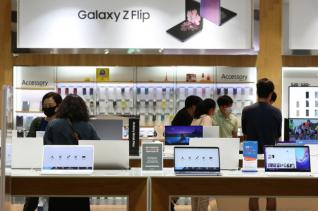 7일 오후 서울 서초구 삼성전자 서초사옥 딜라이트 매장에서 시민들이 상품을 살펴보고 있다.