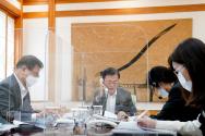 문재인 대통령이 12일 청와대 관저 접견실에서 조 바이든 미국 대통령 당선인과 전화 통화하고 있다.(