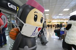 코로나19 신규 확진자가 사흘 연속 500명대를 기록하며 사실상 '3차 대유행'이 시작된 28일 제주국제공항에 관광객들의 발걸음이 이어지고 있다.