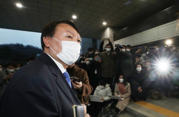 직무에 복귀하는 윤석열 검찰총장이 1일 오후 서울 서초구 대검찰청로 출근하고 있다.