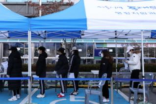 지난 1일 오전 서울 동대문구 보건소 신종 코로나바이러스 감염증(코로나19) 선별진료소에서 시민들이 검사를 받기 위해 대기하고 있다. ⓒ뉴시스
