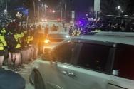 12일 오전 6시46분께 조두순이 탄 차량이 서울 남부교도소를 빠져나가고 있다.