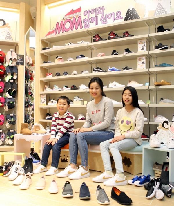ABC 마트에서 신발을 신고 있는 모녀 모습.