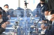 14일 서울 여의도 CCMM빌딜에서 열린 코로나 19 병상확보를 위한 민간협력 방안 간담회에서 이낙연 더불어민주당 대표(왼쪽)와 이영훈 여의도순복음교회 담임목사(오른쪽)가 이야기를 나누고 있다