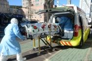 신종 코로나바이러스 감염증(코로나19) 확진자가 19명이 발생한 울산시 남구 모 요양병원 앞에서 17일 오후 소방대원들이 확진자를 타 의료기관으로 이송하기 위해 구급차로 옮기고 있다.