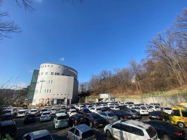 봉담중앙교회가 지난 13일부터 본성전 주차장에서 예배를 드려왔다.