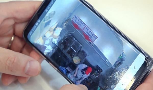 주방 내부를 실시간 공개(CCTV)하고 있는 프랜차이즈 앱을 확인하는 영상 캡처