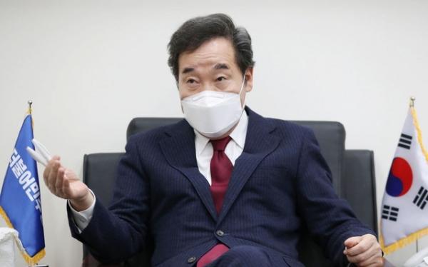 이낙연 더불어민주당 대표가 30일 서울 여의도 국회 당대표실에서 인터뷰 하는 모습.