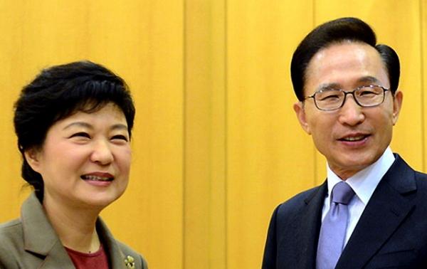 지난 2012년 12월28일 당시 이명박 대통령과 박근혜 대통령 당선인이 청와대에서 만나 인사를 나누는 모습. ⓒ뉴시스