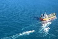 4일(현지시간) 한국 국적의 유조선 'MT-한국케미호'가 걸프 해역(페르시아만)에서 이란 혁명수비대에 나포됐다. 사진은 이란 타스님통신이 보도하고 AP통신이 배포한 것으로 'MT-한국케미호' 주변을 선박 여러 대가 쫓는 모습을 확인할 수 있다.