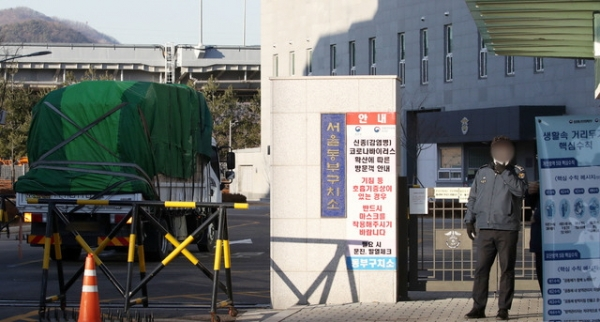 6일 오전 서울 송파구 서울 동부구치소에서 방역용품을 실은 트럭이 들어가고 있다. 이날 법무부는 서울동부구치소 직원 429명, 수용자 338명에 대한 제6차 전수조사 결과, 수용자 66명이 추가 확진됐다고 밝혔다. ⓒ뉴시스