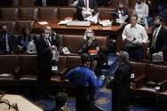 도널드 트럼프 대통령 지지자들이 6일(현지시간) 선거인단 투표 결과 인증을 위한 상하원 합동회의가 열리는 의사당을 폭력 점거한 가운데 의사당 안에 갇힌 미 의원들이 대피를 준비하고 있다. 2021.1.7