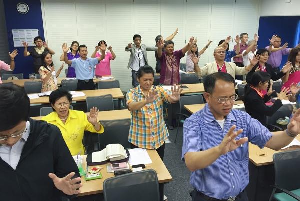 태국 현지 지도자들을 양성하는 선교학교 학생들이 기도하고 있다
