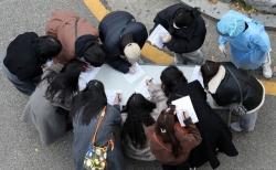 이틀 연속 신종 코로나 바이러스 감염증(코로나19) 확진자가 500여명대를 보인 27일 오후 서울 강서구보건소에서 시민들이 코로나19 검사를 받기 전 기초역학조사서를 작성하고 있다